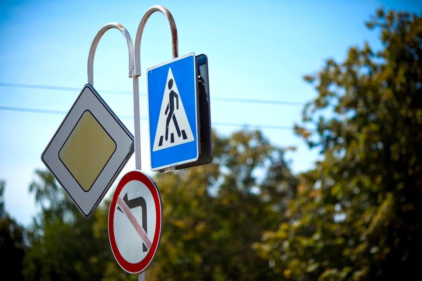 фотографии дорожных знаков высокого качества подчеркивает